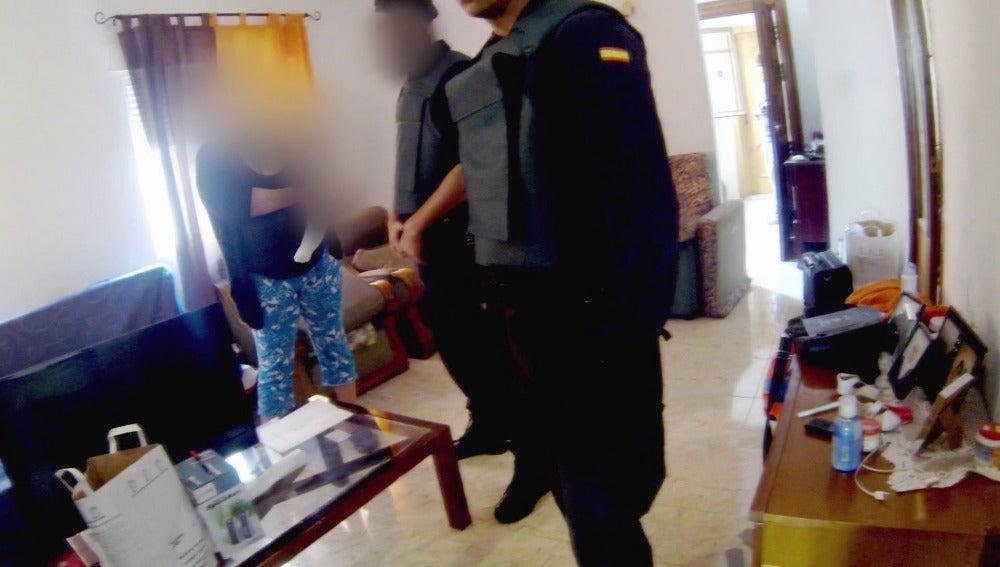 Una detenida responde a los agentes de la Guardia Civil en un domicilio de una organización criminal