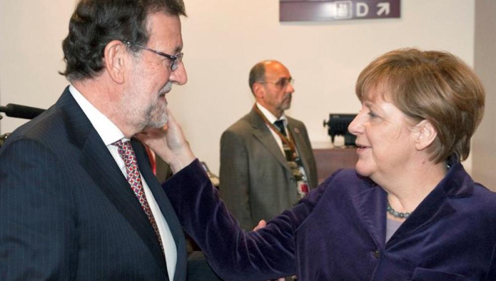 El Presidente del Gobierno español, Mariano Rajoy Brey saluda a la Canciller de Alemana
