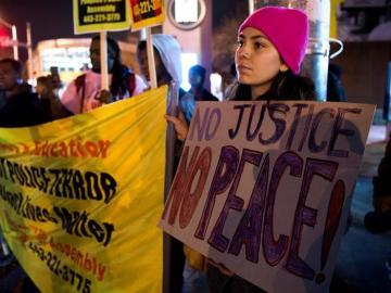Varios manifestantes protestan contra la policía de Chicago