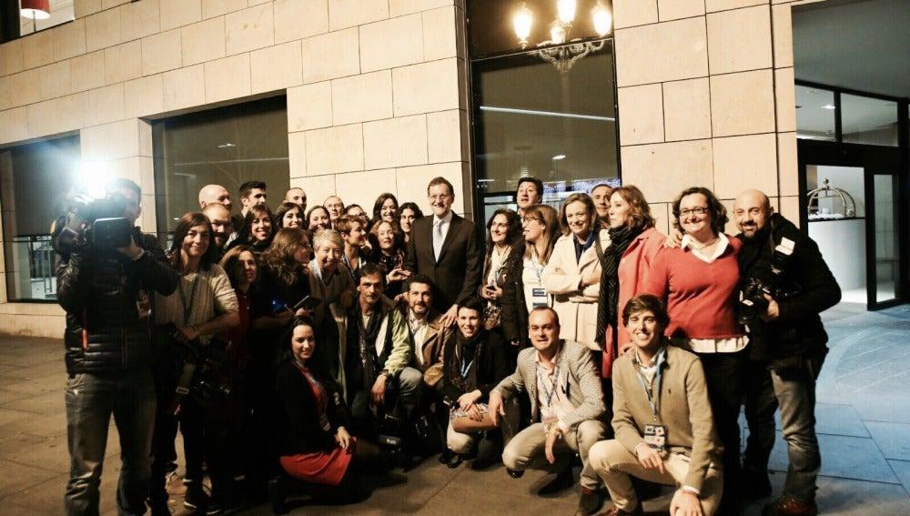 El equipo de prensa de la caravana electoral del PP junto a Mariano Rajoy