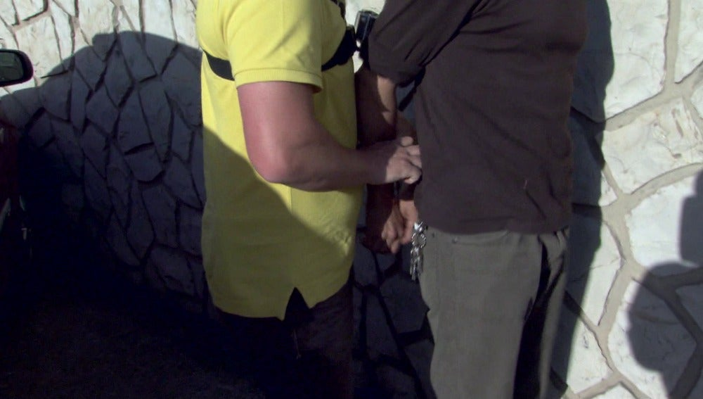 Los agentes dan con la mujer intentando deshacerse de pruebas