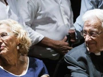 Manuela Carmena y el padre Ángel en un acto del Ayuntamiento