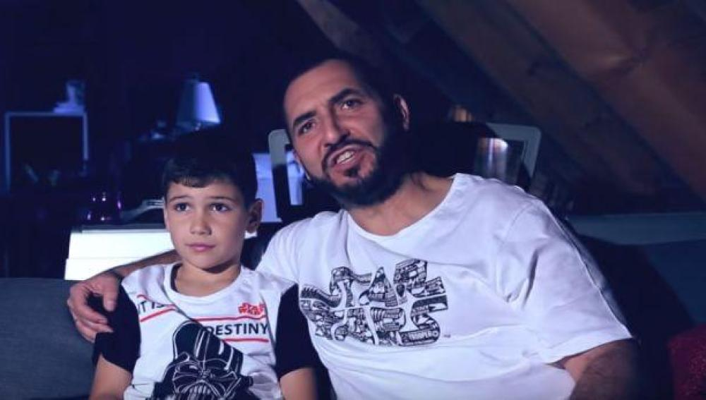 Padre e hijo viendo una película de Star Wars