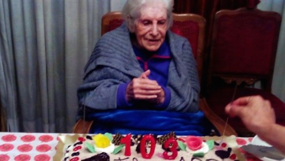 Manuela Labrador del Amo celebrando su 103 cumpleaños