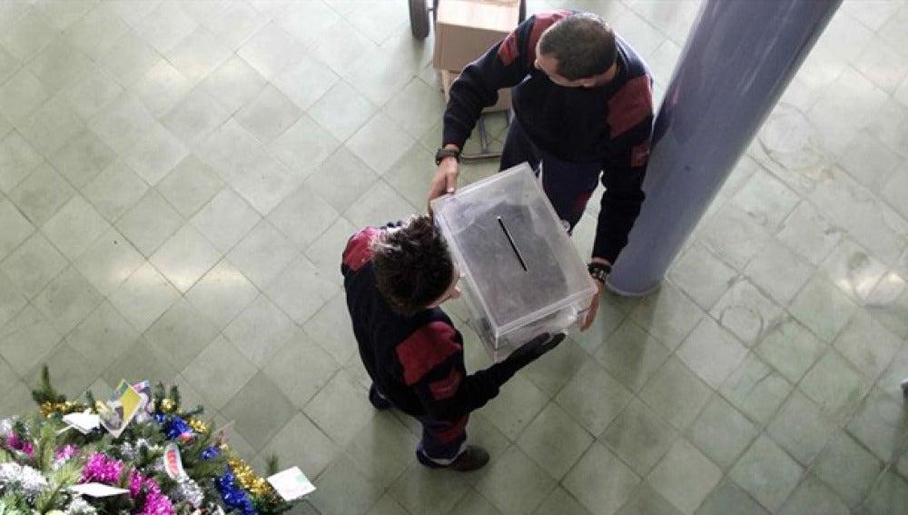 Trabajadores de los almacenes de Barcelona colocan una urna