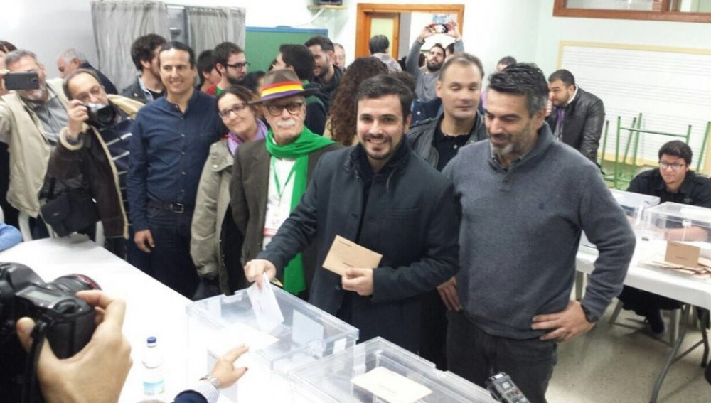 Alberto Garzón vota en el 20D