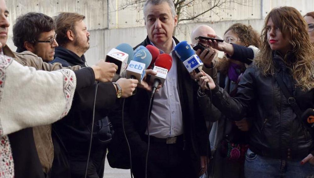 íñigo Urkullu ante la prensa después de votar