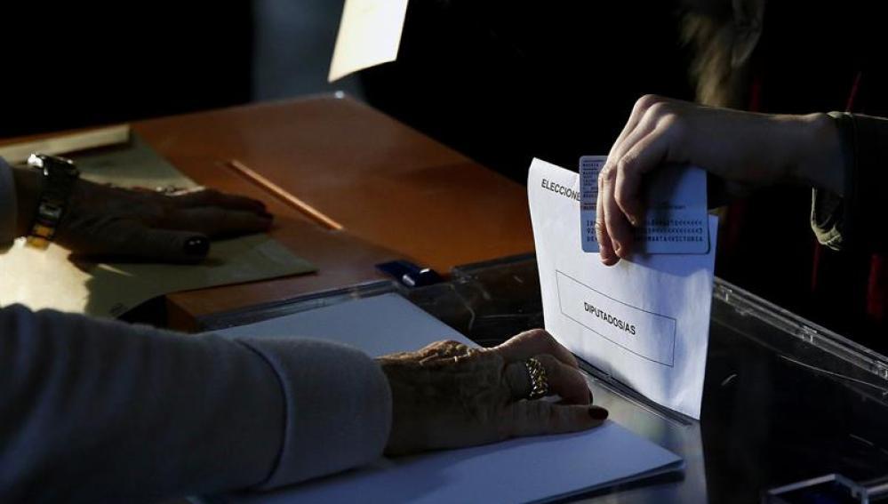 Personas introduciendo su voto