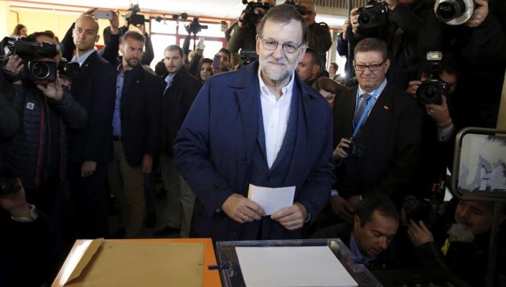 Mariano Rajoy ejerce su derecho al voto en un colegio de Aravaca en el 20D
