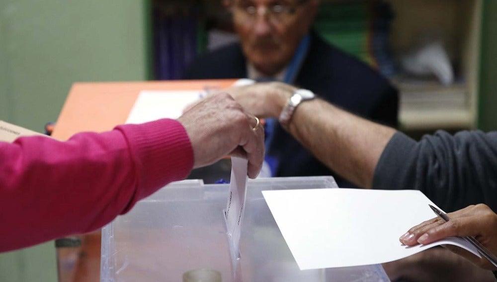 Votando en la jornada electoral del 20D