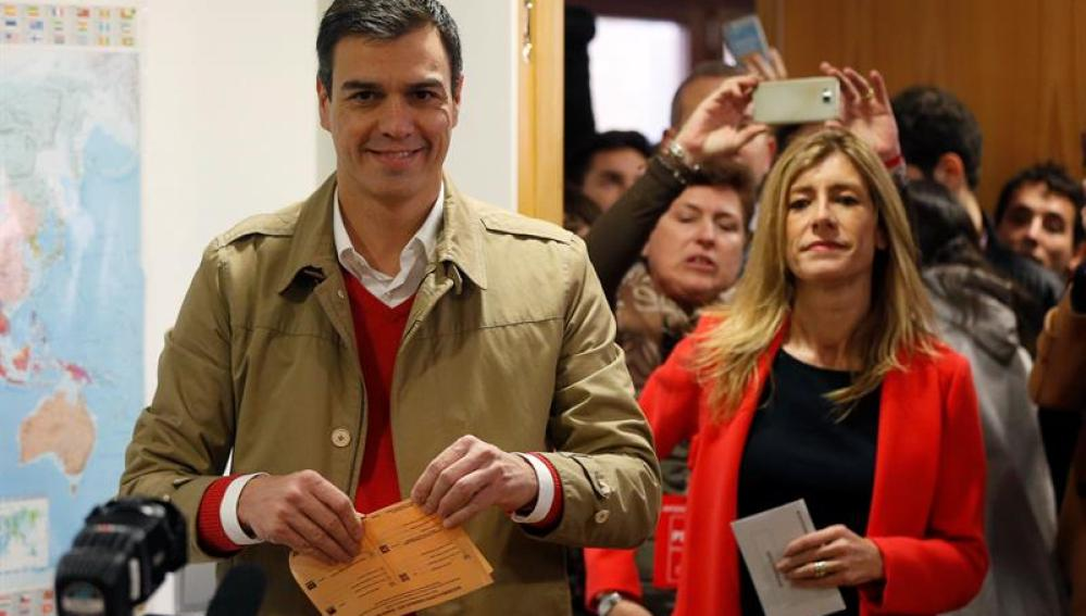 Pedro Sánchez ha acudido a las urnas junto a su mujer