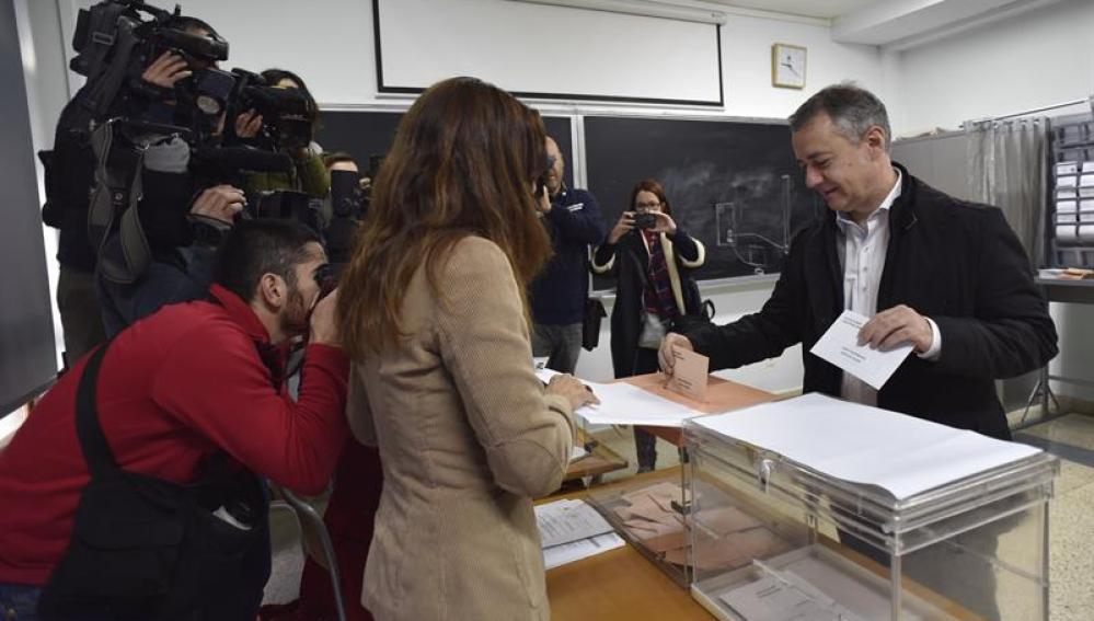 íñigo Urkullu votando en las elecciones generales