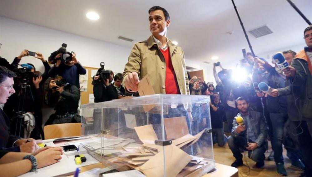 Pedro Sánchez votando en el 20D