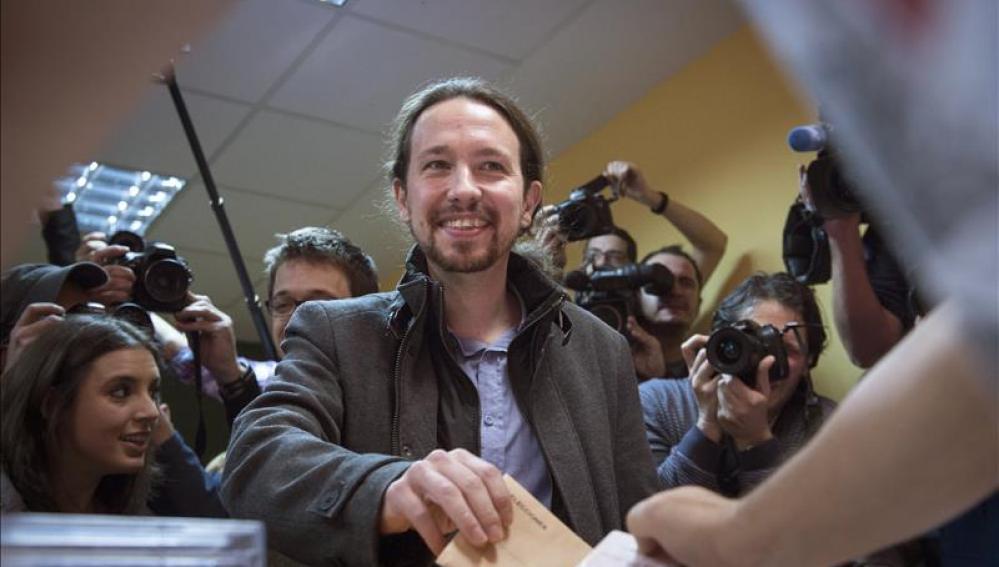 Pablo Iglesias (Podemos) vota en el colegio de Vallecas