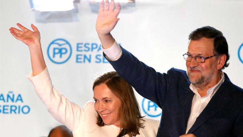 El presidente del Gobierno, Mariano Rajoy, junto a su mujer