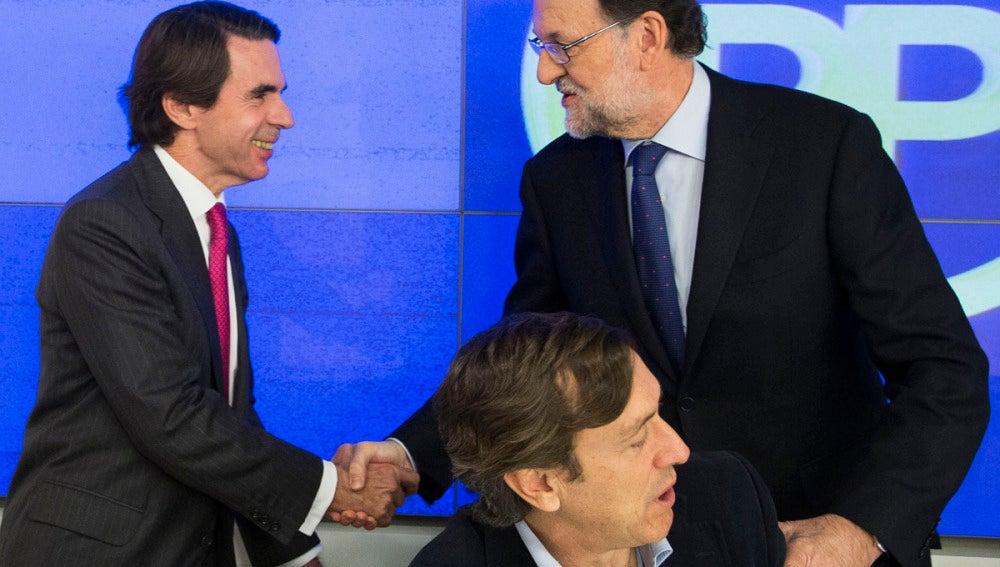 Mariano Rajoy y José María Aznar se saludan