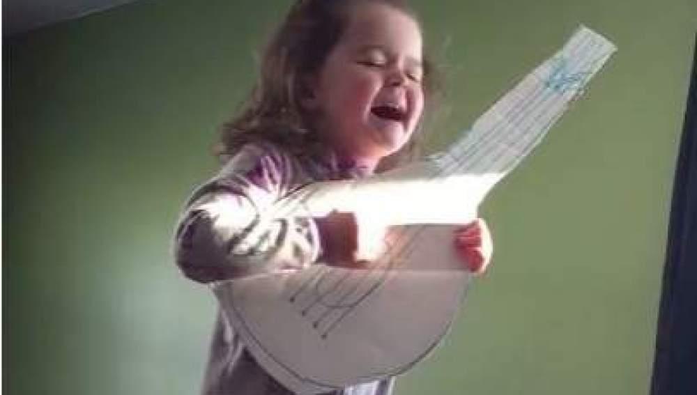 Una niña interpretando 'Hello' de Adele