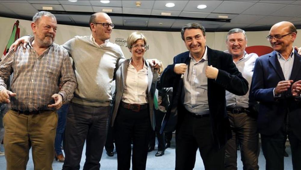 Los seis diputados electos del PNV posan en su sede central, la Sabin Etxea de Bilbao, tras analizar los resultados de las elecciones generales