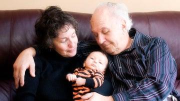 Abuelos cuidando de su nieto