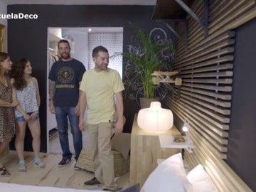 Luis muestra a sus amigos la nueva decoración del cuarto