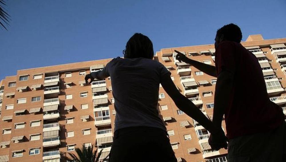 Dos personas mirando un bloque de edificios