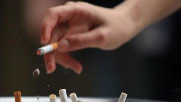 Alguien fumando un cigarrillo