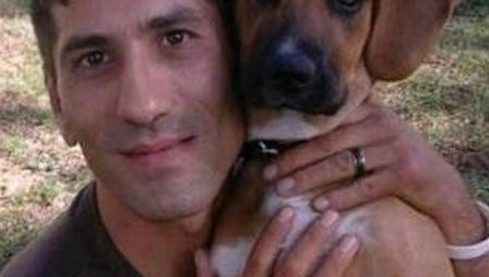 El sin techo búlgaro junto a su perra