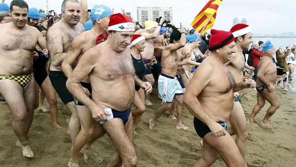 Decenas de ciudadanos se dieron cita esten medidía en la playa de San Sebastián de Barcelona
