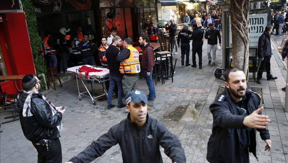 Agentes de policía israelíes permanecen en el lugar donde se ha producido un tiroteo en Tel Aviv