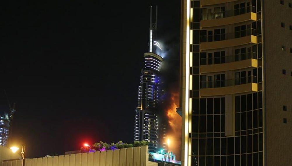 Vista general del hotel The Address Hotel en llamas