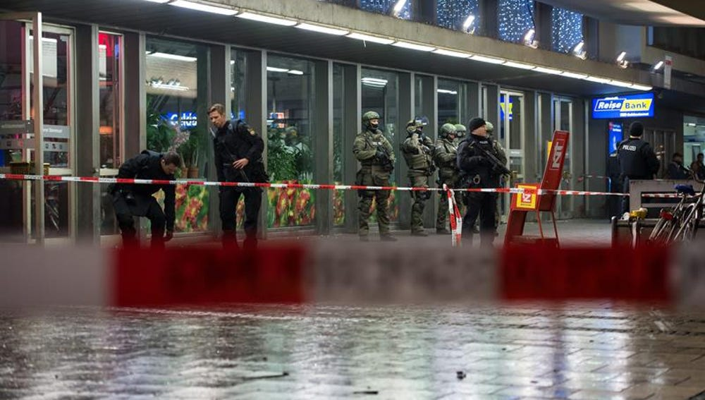 Agentes de la Policía alemana prestan guardia en la principal estación de tren de Munich