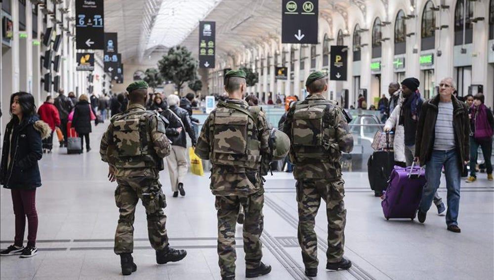Soldados franceses patrullan la estación Saint Lazare de París