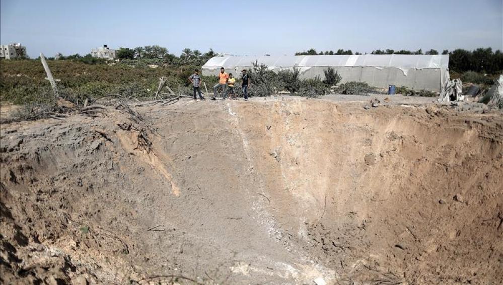 La fotografía muestra el cráter que queda tras un ataque con misiles