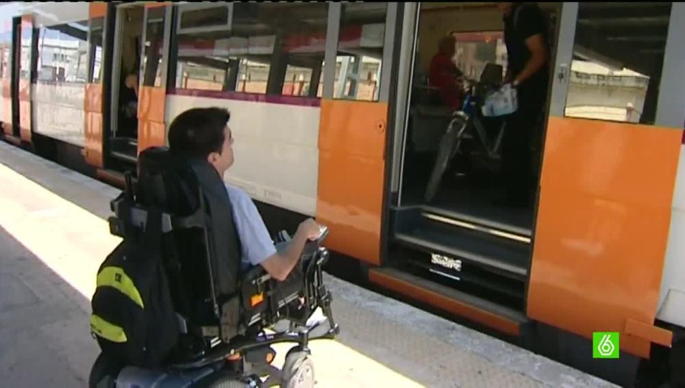 Cristian consigue que le pongan una rampa en el tren a través de Change.org