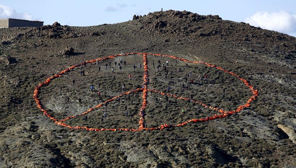 Símbolo de la paz hecho con chalecos salvavidas en Lesbos