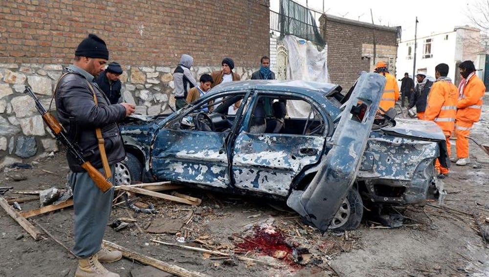 Los restos de un coche bomba explotado en Kabul