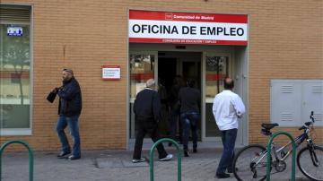 Un grupo de personas acceden a una oficina del Inem