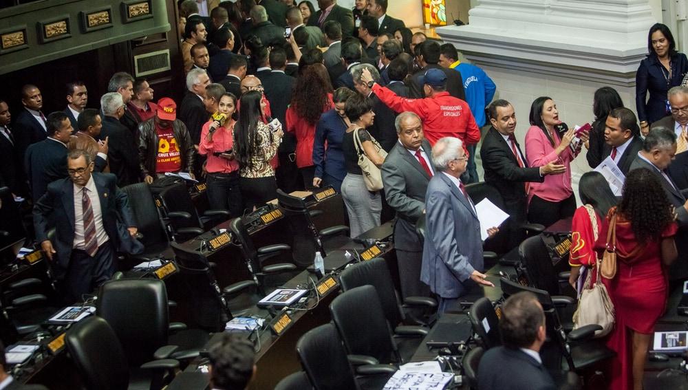 Diputados del Partido Socialista Unido de Venezuela se retiran del hemiciclo durante la instalación de la Asamblea Nacional