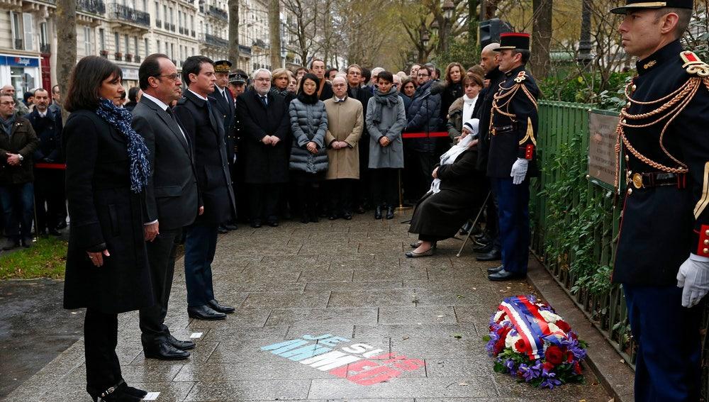 El presidente francés, François Hollande, asiste a la presentación de una placa en honor a Ahmed Merabet