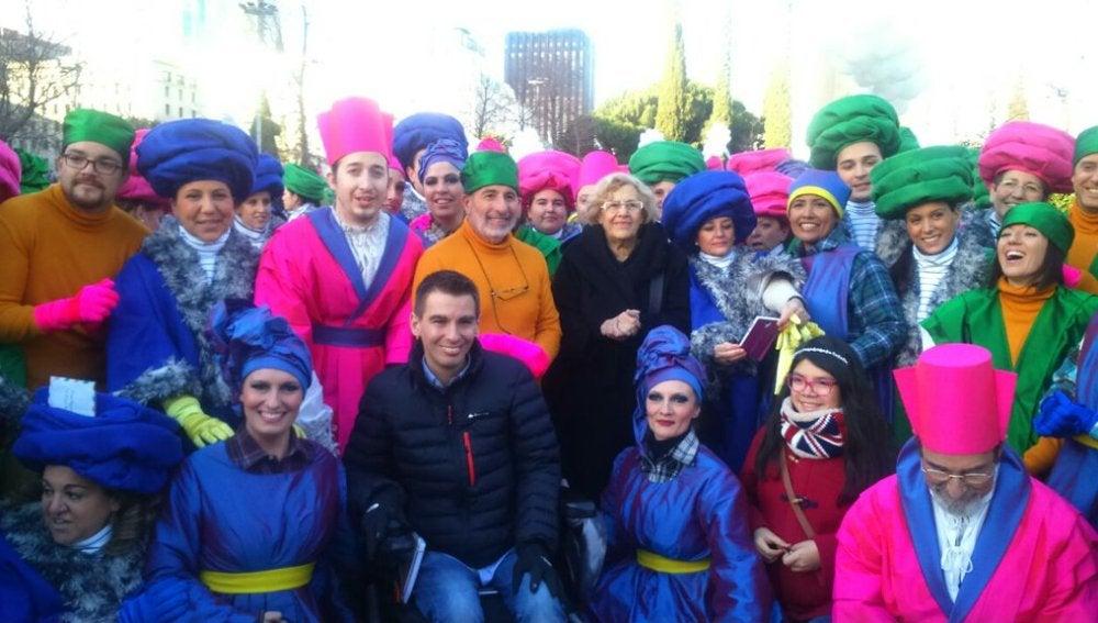 Carmena, rodeada del equipo de artistas que participará en la cabalgata