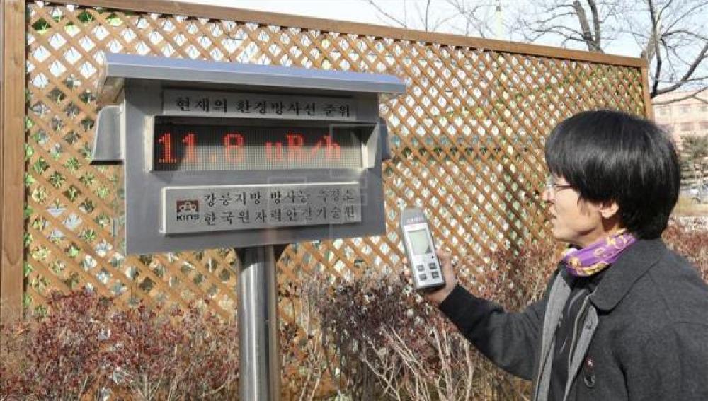 Un empleado mide los niveles de radiación en Gandneung (Corea del Sur)