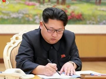 Kin Jong-Un, durante la firma de aprobación de la prueba con la bomba H