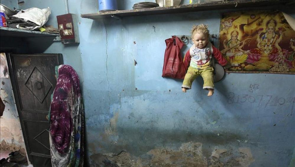 Una muñeca cuelga de un perchero en la casa de una pequeña que fue violada