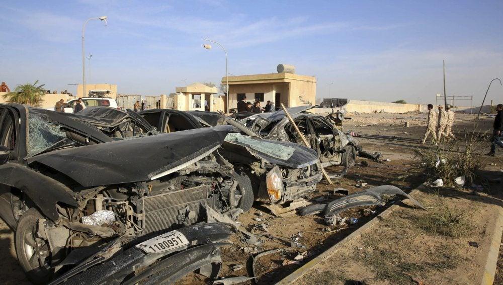 Escombros en la base militar de Libia tras el atentado