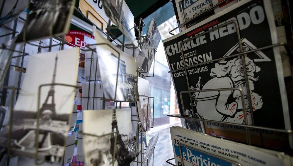 """Una copia del número especial publicado por el semanario satírico """"Charlie Hebdo"""""""