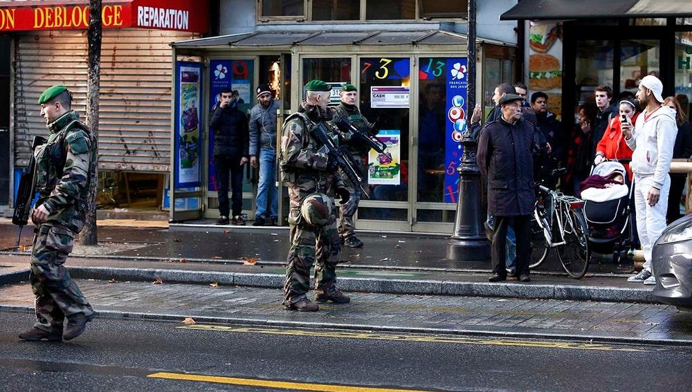 Varios militares patrullan la zona cercana al intento de ataque en París