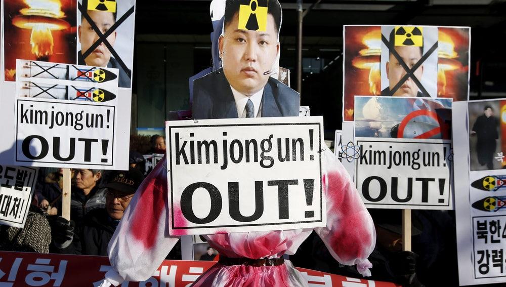 Varios surcoreanos gritan eslóganes en Seúl, Corea del Sur