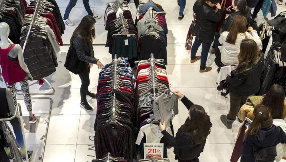 Cientos de personas realizan compras en una zona comercial de Valencia