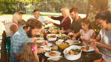 Ojo con los alimentos sanos: Nos atiborramos porque creemos que nos llenan menos