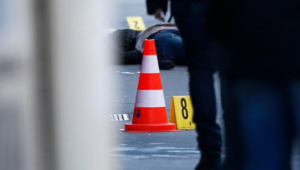 El hombre abatido frente a una comisaría en París